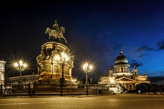 Ansicht über Monument zum Kaiser Nicholas und zu Kathedrale St. Isaacs Lizenzfreie Stockbilder
