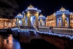 Ansicht über neues Jahr verzierte Lomonosov-Brücke stockfotos