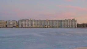 Ansicht über Neva River zur Einsiedlerei stock video