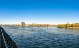 Ansicht über New York City East River, in Richtung zur Triborough-Brücke und zu den Teilen von Roosevelt Island und von Queens stockfoto