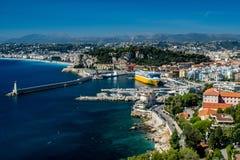 Ansicht über Nizza Hafen und Bucht mit herrlichen blauen Himmeln stockfotografie