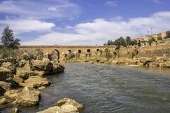 Ansicht über Oum Errabia-Fluss und -brücke zu Kasba Tadla Lizenzfreie Stockfotos