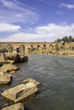 Ansicht über Oum Errabia-Flussbrücke zu Kasba Tadla Stockbild
