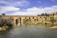 Ansicht über Oum Errabia-Flussbrücke zu Stadt Kasba Tadla Stockfoto