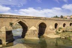 Ansicht über Oum Errabia-Flussbrücke zu Stadt Kasba Tadla Lizenzfreies Stockbild