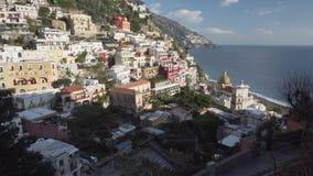 Ansicht über Positano-Stadt und Kirche von Santa Maria Assunta - breiter Schuss stock video