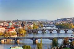 Ansicht über Prag-Brücken am Sonnenuntergang lizenzfreie stockbilder