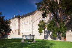 Ansicht über Prag-Schloss vom Paradies-Garten Lizenzfreie Stockbilder