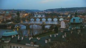 Ansicht über Prag-Stadt mit alter Architektur und die Moldau-Fluss mit Brücken stock video