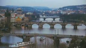 Ansicht über Prag-Stadt mit alter Architektur und die Moldau-Fluss mit Brücken stock video footage
