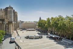 Ansicht über Quadrat in der Front der päpstliche Palast in Avignon Lizenzfreie Stockfotos