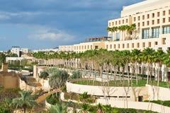 Ansicht über Rücksortierunggebäude auf Meerküste Lizenzfreie Stockfotografie