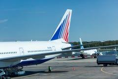 Ansicht über Rollbahn im internationalen Flughafen Stockfotos