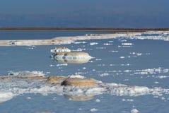 Ansicht über Salz im Toten Meer Stockfotografie