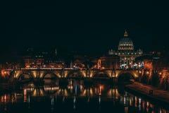 Ansicht über San Pietro Rom während der Nacht lizenzfreie stockfotografie