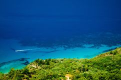 Ansicht über schöne Lefkas-Küste mit Boot Stockbild