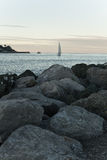 Ansicht über schönes Segelboot im Sonnenuntergang auf Ozean Stockfotografie