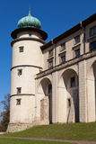 Ansicht über Schloss Nowy Wisnicz in Polen auf einem Hintergrund des blauen Himmels Lizenzfreies Stockbild