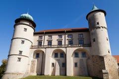 Ansicht über Schloss Nowy Wisnicz in Polen auf einem Hintergrund des blauen Himmels Stockfotografie