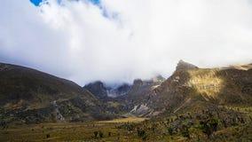 Ansicht über schneebedeckte Berge des Winters am windigen Tag lizenzfreies stockfoto