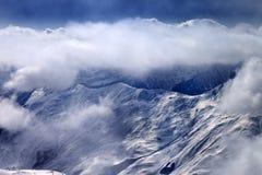 Ansicht über schneebedeckte Berge am Nebel Lizenzfreie Stockfotografie