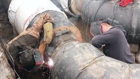 Ansicht über Schweißensteam von Arbeitskräften bis Versammlung eine neue Rohrleitung stock video