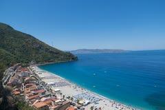 Ansicht über Scilla-Strand in Kalabrien, Italien Stockfotos