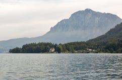 Ansicht über See Attersee in den österreichischen Alpen Stockbilder