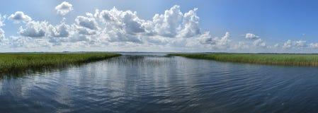 Ansicht über See in Osteuropa mit blauem Himmel Stockfotografie