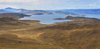 Ansicht über See vom Berg am bewölkten Tag Stockbilder