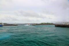 Ansicht über Seehafen-Küstenlinie, Malediven Vorderansicht von zwei Ladung-LKWas lizenzfreie stockfotografie