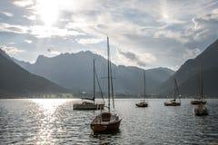 Ansicht über Segelboote in Österreich lizenzfreies stockbild