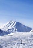 Ansicht über Skisteigung am schönen Tag Stockfotos