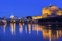Ansicht über St Peter Basilika und Castel Sant ' Angelo in Rom Lizenzfreie Stockbilder