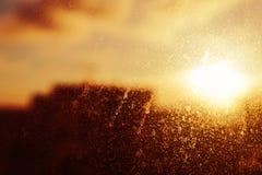 Ansicht über Stadt durch schmutziges Fenster mit backdro Leck des orange Lichtes Stockfotos