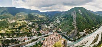 Ansicht über Stadt Entrevaux, Frankreich Berge und blauer Fluss Stockfoto