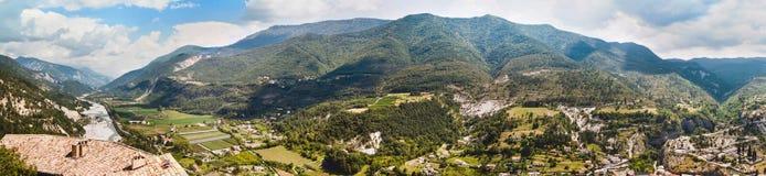 Ansicht über Stadt Entrevaux, Frankreich Berge und blauer Fluss Lizenzfreies Stockfoto