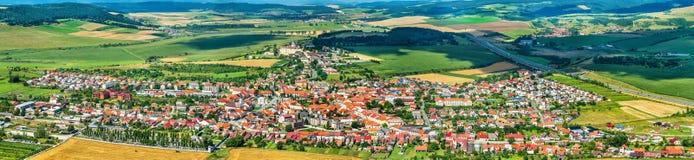 Ansicht über Stadt Spisske Podhradie von Spis-Schloss, Presov-Region, Slowakei lizenzfreies stockfoto