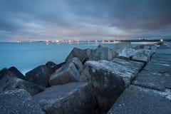 Ansicht über Stadt und Pier von der felsigen Landspitze Stockfoto