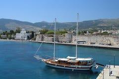 Ansicht über Stadtmauer von Kos-Stadt mit Segelboot in der Front und in mou Lizenzfreies Stockfoto