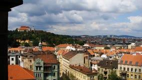 Ansicht über Stadtzentrum von Brno in Richtung zu Spilberk-Schloss lizenzfreie stockfotografie