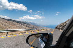Ansicht über Straße von Kreta-Insel vom Fahren des Autos Stockfotografie