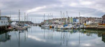 Ansicht über Sutton Harbour in Richtung zum Vorwerk in Plymouth, Devon stockbilder