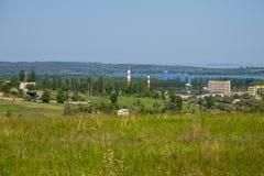 Ansicht über Svetlovodsk-Stadt und den Fluss Dnieper stockbild