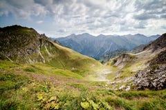 Ansicht über Tal in den Bergen lizenzfreies stockfoto