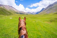 Ansicht über Tal von der Pferderückseite, Kirgisistan Stockfoto