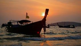 Ansicht über traditionelle langschwänzige Boote stock video