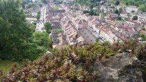 Ansicht über traditionelles mittelalterliches Dorf Cremieu Stockbild