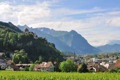 Ansicht über Vaduz-Schloss und alte Stadt, Lichtenstein Stockbild