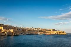 Ansicht über Valletta und großartigen Hafen am Abend Stockfoto
